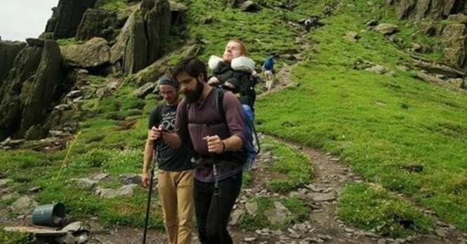 Jovens viajam pelo mundo levando nas costas amigo que não pode andar