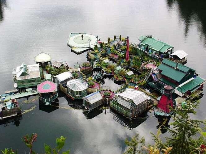 Casal larga a vida agitada da cidade grande para viver em casa flutuante no mar