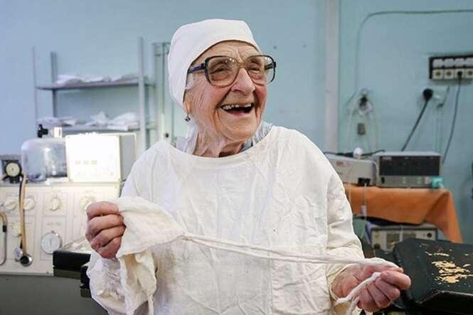 Conheça a cirurgiã mais velha do mundo