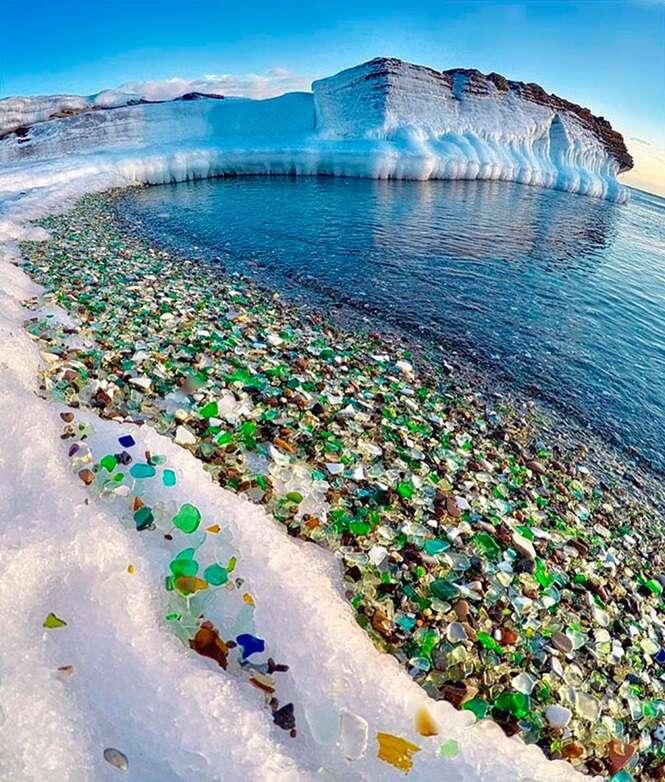 """Russos jogam fora garrafas vazias de vodca e cerveja, e o oceano as transforma em """"cristais"""""""