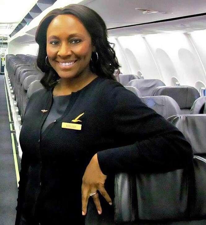 Comissária de bordo salva adolescente de tráfico humano em voo após perceber pequeno detalhe