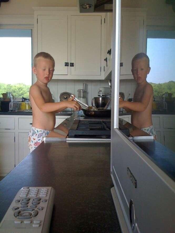 Por que o reflexo desta criança saiu com os olhos abertos?