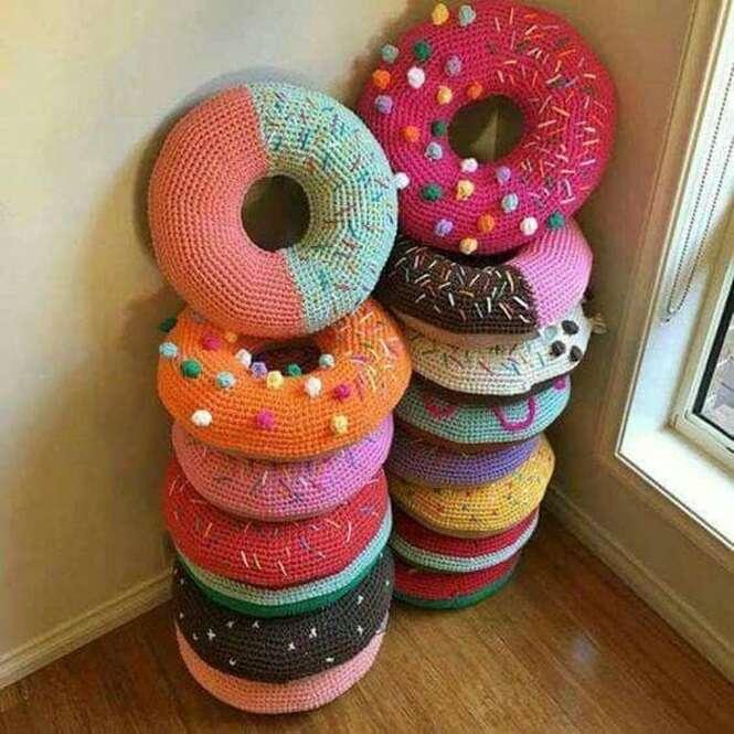 Estas lindas almofadas de crochê enfeitariam muito bem o quarto de qualquer menina