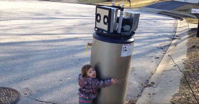 Vídeo adorável mostra garotinha confundindo aquecedor abandonado com robô