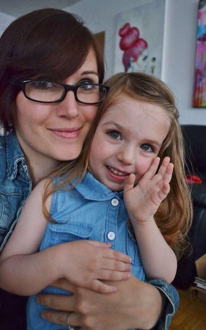 Mãe transforma rabiscos da filha de 3 anos em obras de arte surpreendentes