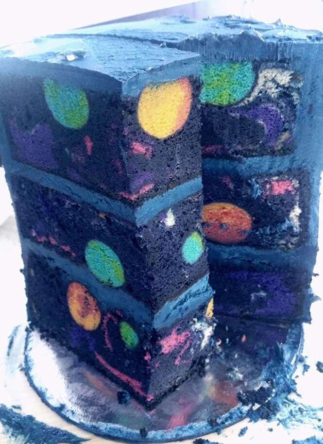 Este temático e incrível bolo de aniversário possui uma galáxia em seu interior