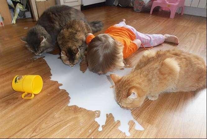 Crianças que acham que são os novos animais de estimação da casa