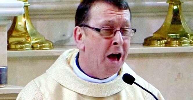 """Depois de ouvir este padre cantando """"Aleluia"""" você pensará que está no céu"""