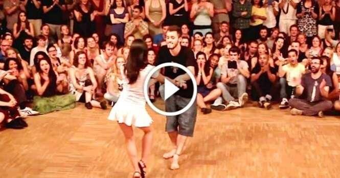 Ele convidou uma garota para a pista de dança e o que ela fez foi realmente incrível