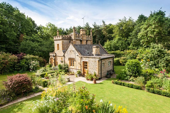 O menor castelo da Inglaterra está à venda e não custa mais do que um apartamento de tamanho médio em Londres