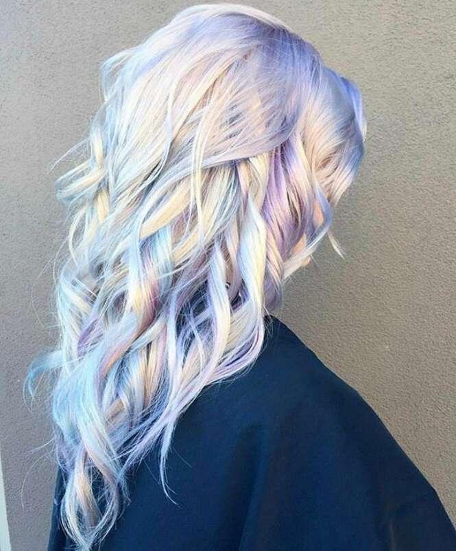 Fotos mostrando que o cabelo holográfico é uma das tendências capilares mais quentes de 2017
