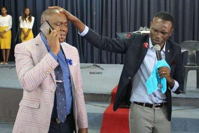 Pastor garante possuir o número do telefone de Deus e afirma que foi o próprio Senhor quem lhe deu