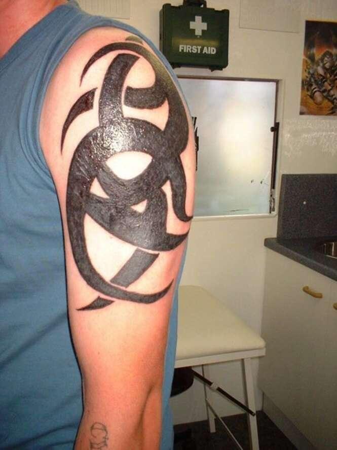 Tatuagens ruins demais para serem reais, mas pior que são