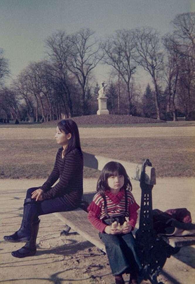 """Fotógrafa """"viaja no tempo"""" para registrar momentos ao lado de si mesma durante a infância"""