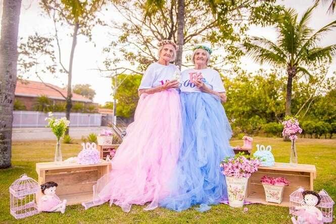 Um ensaio fotográfico registrou o aniversário de 100 anos destas gêmeas brasileiras e as imagens são muito fofas