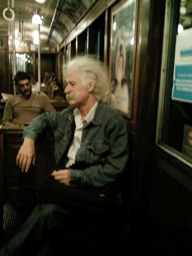 Anônimos que usam o transporte público e que se parecem com pessoas famosas