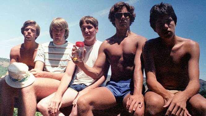 Estes cinco amigos reproduziram a mesma foto por 35 anos. Veja como ela ficou com o passar dos anos