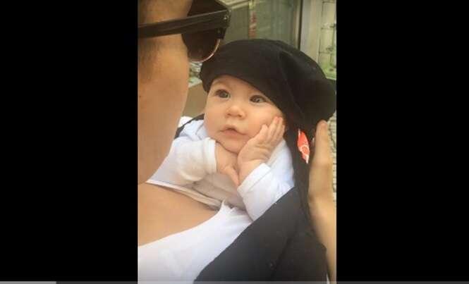 O vídeo deste bebê fascinado com sua mãe cantando se tornou viral na Internet