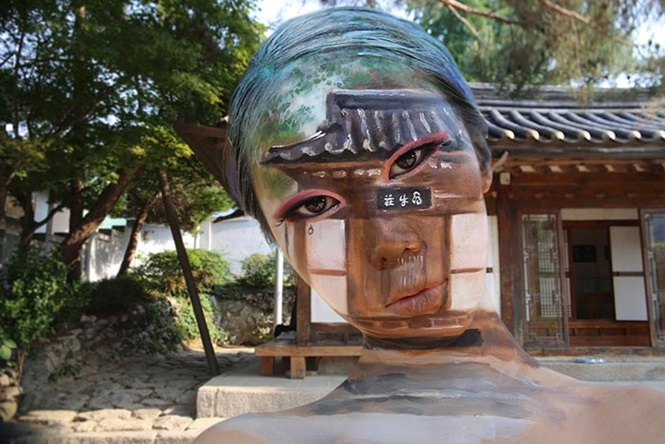 O que esta artista faz com o próprio rosto vai mexer com a sua mente