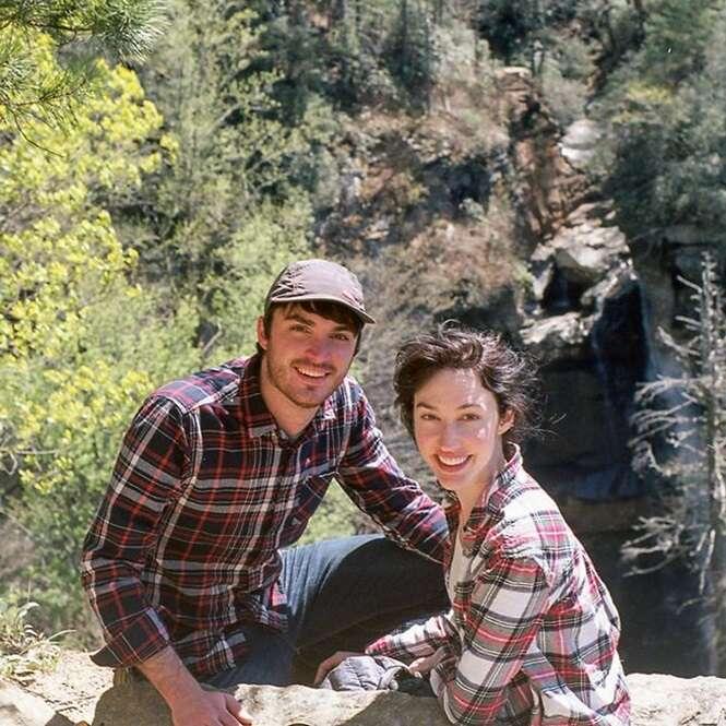 O ensaio fotográfico de noivado deste casal vai te fazer rir