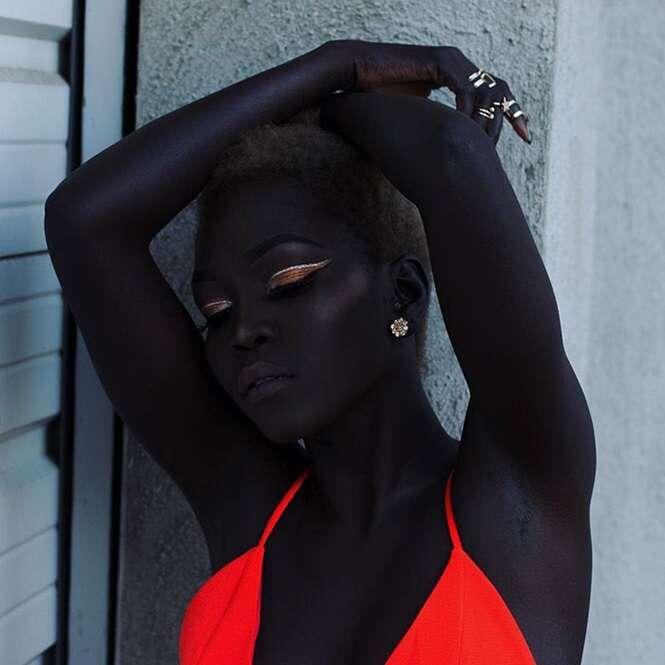 """Conheça """"a rainha da melanina"""", a modelo que foi aconselhada a clarear a própria pele"""