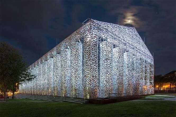 Artista usa 100 mil livros proibidos para construir templo grego