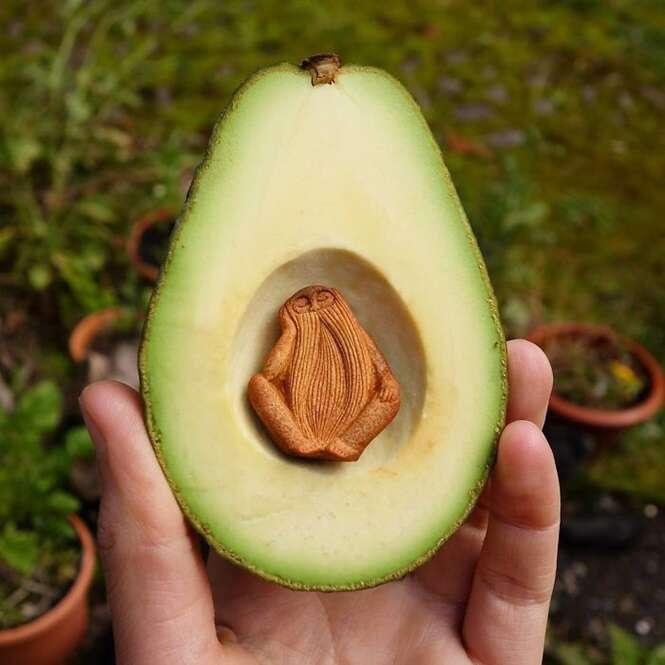A maioria das pessoas joga fora o caroço do abacate, mas este artista faz coisas incríveis com ele