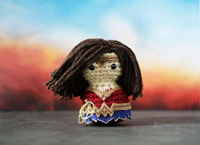 Artista cria com crochê heróis e vilões