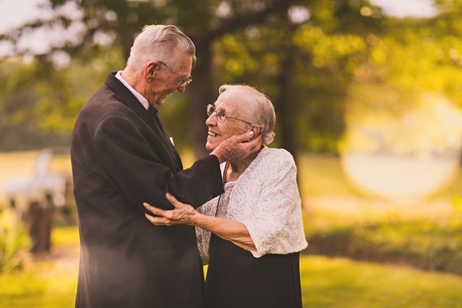 Estes dois comemorando 65 anos de casados é a coisa mais bonita que você verá hoje