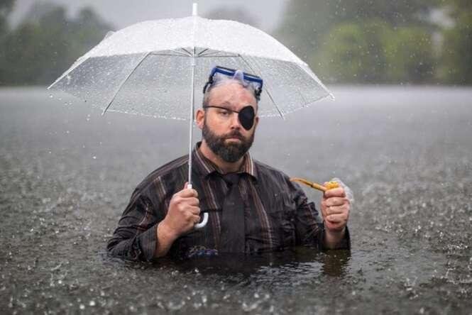 A Internet não perdoou este homem no meio de uma inundação e criou diversas montagens hilárias