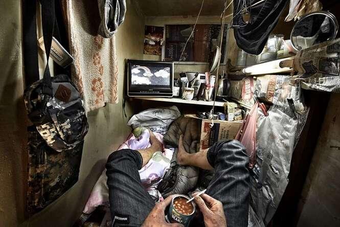 Fotos chocantes revelam pessoas vivendo em cubículos em Hong Kong