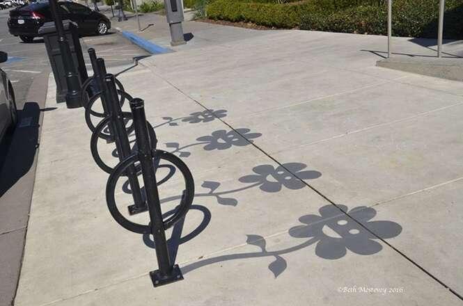 Artista de rua pinta sombras falsas para confundir pessoas