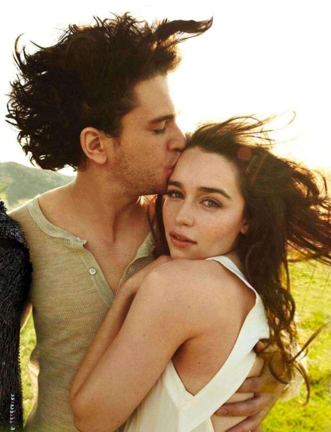 Esta sessão de fotos de Emilia Clarke e Kit Harington está se tornando viral, e todos sabemos o que isso significa
