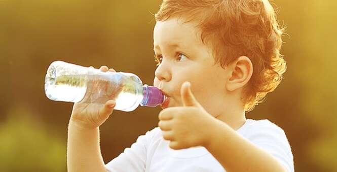 Aprenda a acelerar o emagrecimento bebendo água da maneira certa