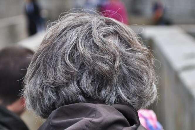 Você pode ficar livre dos cabelos brancos usando 2 ingredientes naturais