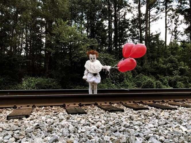 """A sessão de fotos deste garotinho inspirada em """"A Coisa"""" vai te dar pesadelos"""