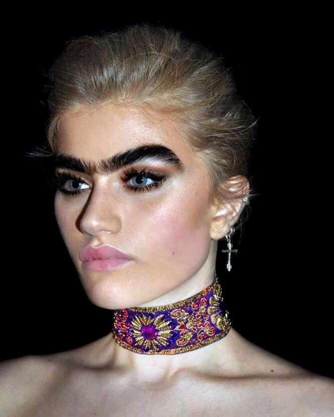 Modelo se recusa a fazer sobrancelhas, e desafia estereótipo de beleza
