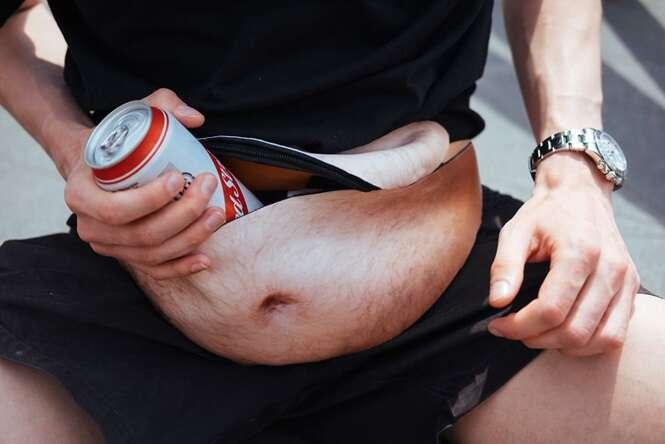 Designer inventa pochete que simula barriga de tiozão