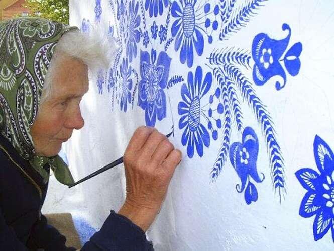 Esta idosa de 90 anos deixa mais bela a vila onde mora pintando os imóveis à mão