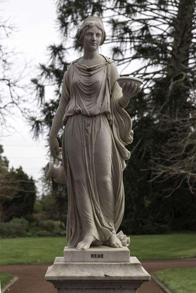 """Artista """"dá vida"""" a esculturas femininas do século 19"""