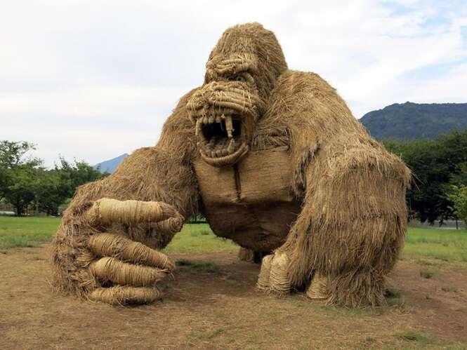 Animais gigantescos impressionantes feitos palha