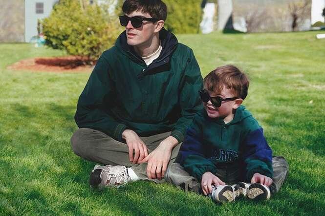 Este rapaz se incluiu nas próprias fotos de infância através do Photoshop, e o resultado é muito realista
