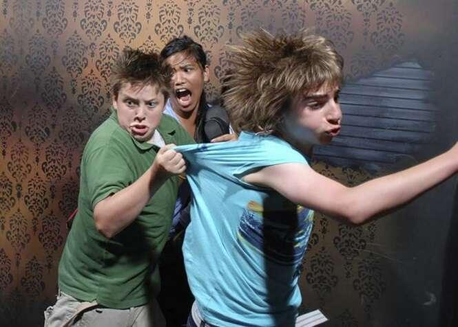 Imagens mostrando reações de pessoas que passaram pela casa mais assustadora do mundo