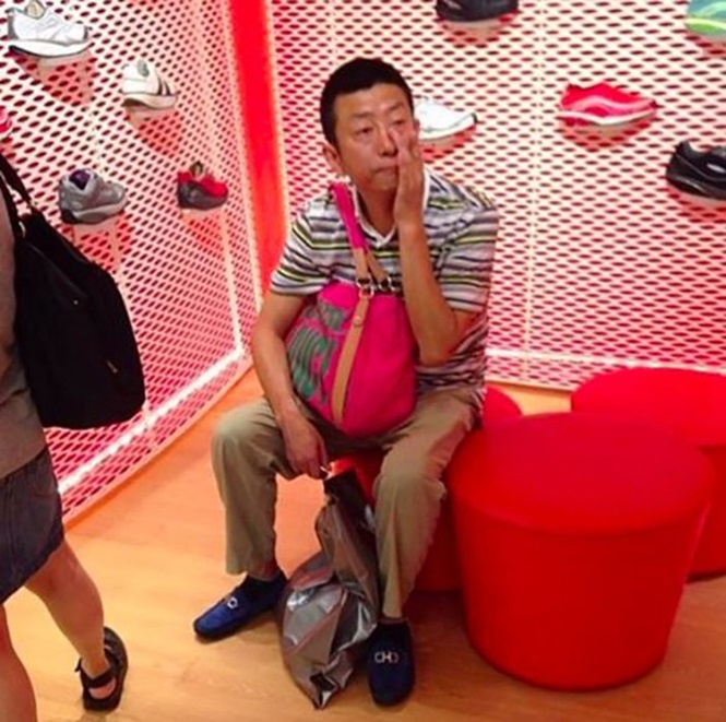 Homens que perceberam tarde que acompanhar suas amadas nas compras não foi uma boa escolha