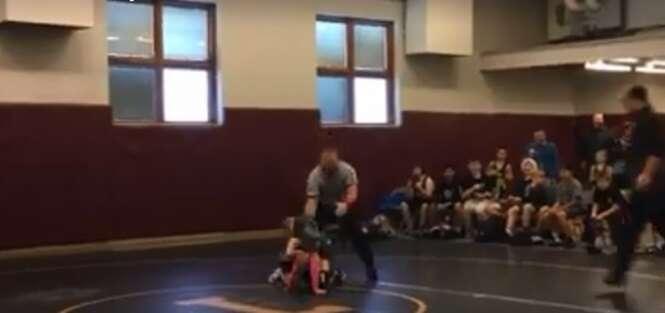 Vídeo: menininho pensa que irmã estava apanhando e se intromete na luta para salvá-la