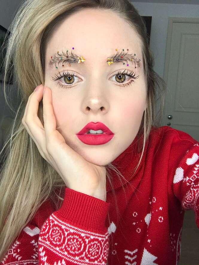 Pessoas estão fazendo decorações natalinas nas sobrancelhas