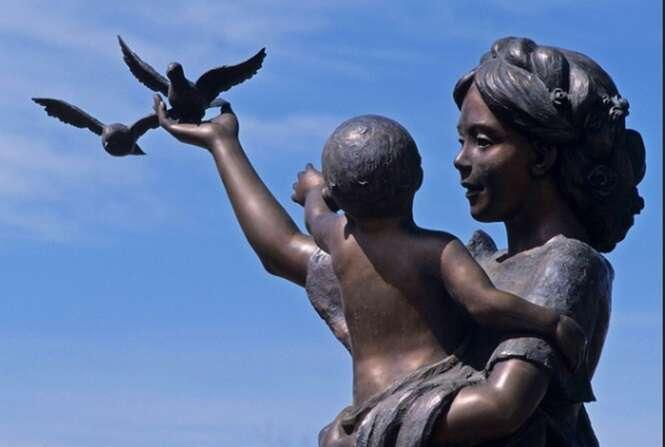 Belas esculturas de mães espalhadas pelo mundo