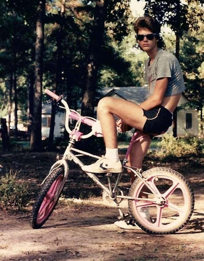 Fotos que farão você torcer para a moda anos 80 nunca mais voltar