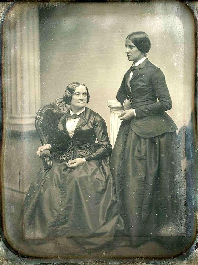 Fotos mostrando casais de lésbicas no decorrer dos anos