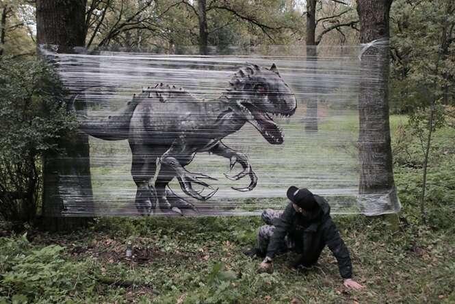 Artista usa plástico filme para fazer grafites incríveis em floresta